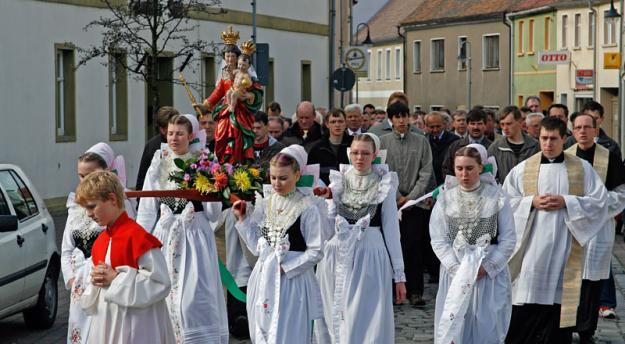 Prozession zum Rosenkranzfest durch Wittichenau