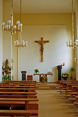 Blick auf den Altarraum der Kapelle im St. Adalbert-Stift