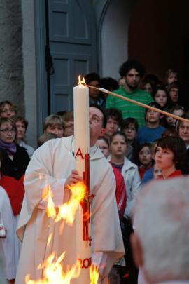 Christus das Licht: In der Osternacht wird die Osterkerze am Osterfeuer entzündet