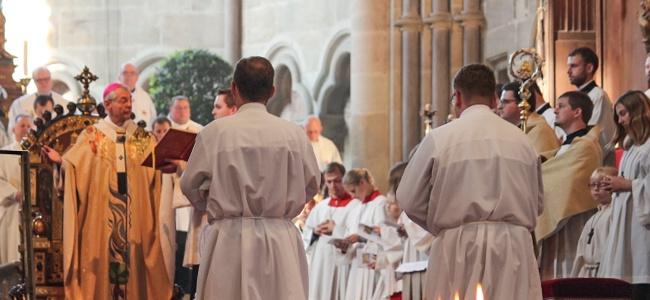 Erzbischof Ludwig Schick weiht Florian Sassik und Philipp Janek zu Diakonen