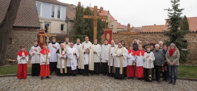 Gruppenbild mit den Missionaren vor dem Wittichenauer Missionskreuz