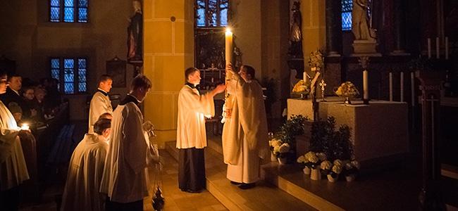 Lumen Christi – Das am Osterfeuer entzündete Kerzenlicht erhellt die Kirche