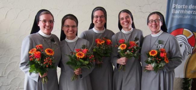 Schwester Ina nach der Feier ihrer Profess mit Mitschwestern, die ebenfalls das Gelübde ablegten