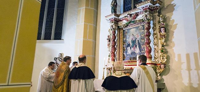 Die Wittichenauer Priester bei der Einweihung des restaurierten Rosenkranzaltares
